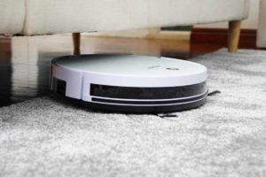 robot aspirador de limpieza, alfombra y sofá