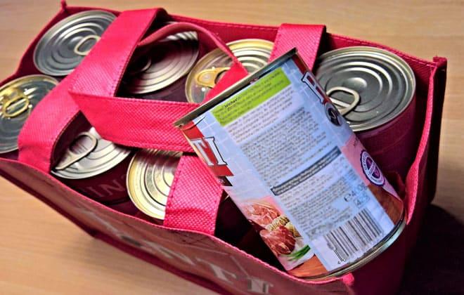 Latas de comida para mascotas dentro de una bolsa