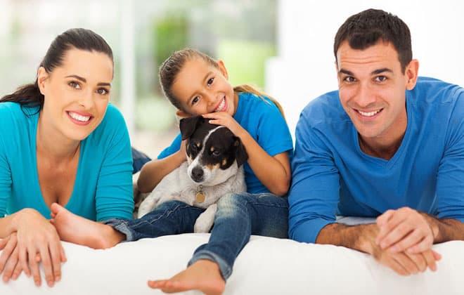 Familia feliz y perro