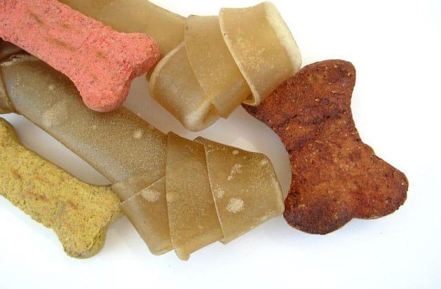 Granos de pienso de varias formas y colores